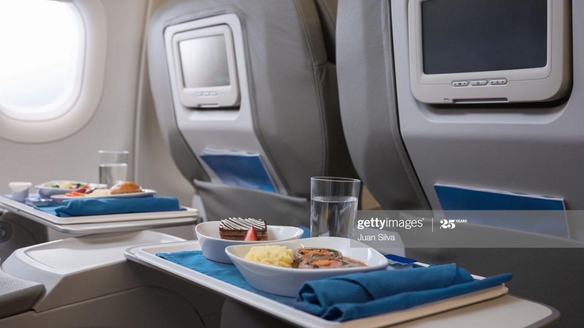 می دانید چه غذاهایی را نباید در هواپیما بخوریم؟